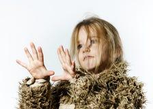 La fille en désordre d'élève du cours préparatoire avec de longs cheveux s'est habillée dans le manteau de fourrure Photo libre de droits