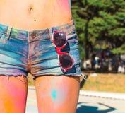 La fille en denim court-circuite au festival de couleur Holi Images stock