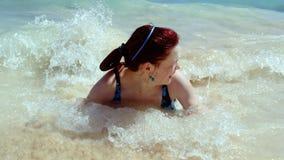 La fille en mer Images stock