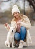 La fille en parc avec son chien aimé Photographie stock