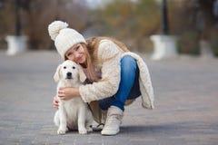 La fille en parc avec son chien aimé Images libres de droits