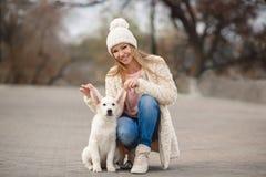 La fille en parc avec son chien aimé Photographie stock libre de droits