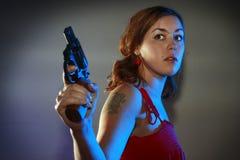 La fille en rouge a un canon image stock