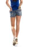 La fille en sandales marche Image libre de droits