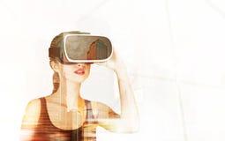 La fille en verres 3d s'approchent du gratte-ciel Images libres de droits