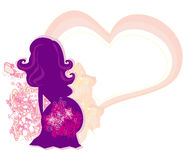 La fille enceinte à un arrière-plan de fleur Photos libres de droits