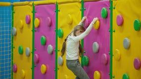 La fille escalade le mur s'?levant clips vidéos