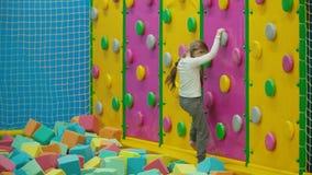 La fille escalade le mur s'?levant banque de vidéos