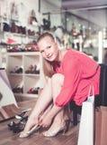 La fille essaye sur des sandales pour la saison d'été Photos stock