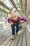 La fille est 4 années en parc s'élevant de corde raide d'aventure, mode de vie actif des enfants Photographie stock libre de droits