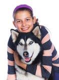 La fille est avec son chien de traîneau de chien Photo libre de droits