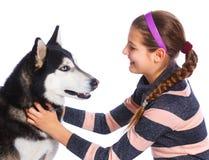La fille est avec son chien de traîneau de chien Image stock