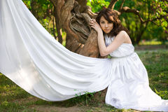 La fille est dans la forêt de conte de fées photo stock