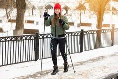 La fille est engagée dans des cannes de sports en hiver photographie stock libre de droits