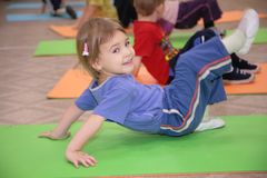 La fille est engagée en gymnastique 3 Photographie stock libre de droits