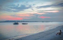La fille est entichée avant coucher du soleil dans la baie long d'ha images stock