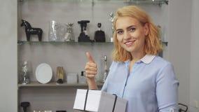 La fille est heureuse avec son achat clips vidéos