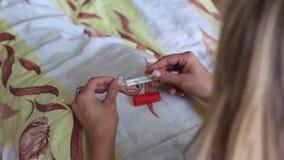 La fille est malade avec la poignée et mesure la température clips vidéos