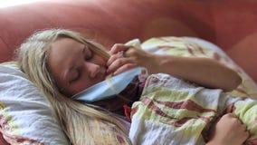 La fille est malade avec la poignée et mesure la température banque de vidéos