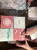 La fille est occupée à faire des cartes de voeux à la maison Utilisant le papier, la dentelle, la tresse et d'autres matériaux Photo stock