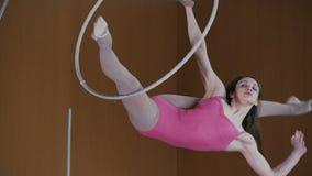 La fille est une acrobate tournant avec élégance aux tailles dangereuses clips vidéos