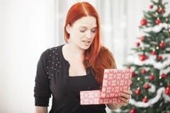 La fille est vraiment peu satisfaite du boîte-cadeau pour Noël Image libre de droits