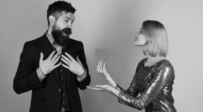 La fille et l'homme barbu avec la carte étonnée de coeur de papier de part de visage pour des valentines datent Concept d'amour e Photos stock