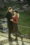 La fille et l'homme sur le pont, lorgnent l'homme, les relations mignonnes, couples dans l'amour, Photo stock