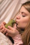 La fille et la grenouille Photo libre de droits