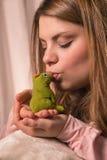 La fille et la grenouille Photographie stock libre de droits