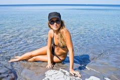 La fille et la mer. Photographie stock