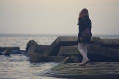 La fille et la mer Image stock