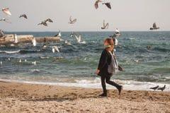 La fille et la mer Photos libres de droits