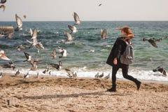 La fille et la mer Photographie stock