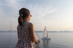 La fille et le bateau Photos libres de droits