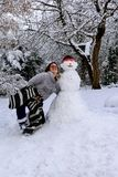 La fille et le bonhomme de neige photographie stock libre de droits