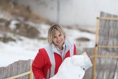 La fille et le bonhomme de neige Photo stock