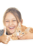 La fille et le chaton regarde et montre le pouce Photo libre de droits