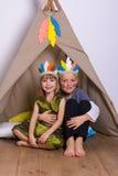 La fille et le garçon dans le carnaval costume le studio d'Indiens Photos libres de droits