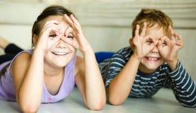 La fille et le garçon maintiennent l'amitié Image libre de droits