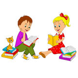 La fille et le garçon ont affiché le livre Photos libres de droits