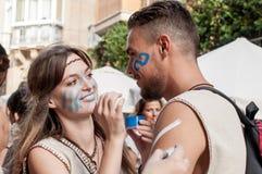 La fille et le guerrier se prépare à la reconstruction de la bataille Photo libre de droits