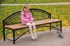 La fille et le pigeon Image libre de droits