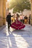 La fille et le type dansent des danses folkloriques dans le fort de Jodhpur au coucher du soleil, Ràjasthàn, Inde Photos stock