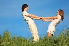 La fille et le type restent ayants les mains jointives Image libre de droits
