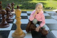 La fille et les échecs Images libres de droits