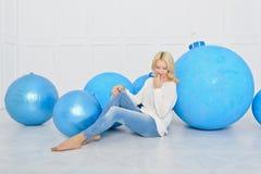 La fille et les boules décoratives de Noël Photo stock
