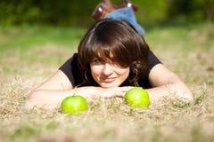 La fille et les pommes fines Images stock