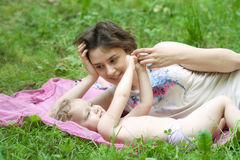 La fille et sa mère détendent en parc photos libres de droits