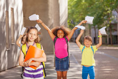 La fille et ses amis s'approchent de l'école Image stock
